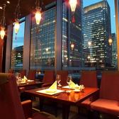 【テーブル席】大切な方とのデートや記念日には、東京の夜景が見えるお席でどうぞ。綺麗な夜景を眺め、当店自慢のお料理を召し上がれば、特別な1日になること間違いなしです。多彩なコースやお料理をご用意してお待ちしております。