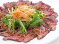 料理メニュー写真ローストビーフと水菜のサラダ仕立て/ビーフステーキ(赤ワインソースorBBQソース)