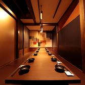 高級感のある店内では大切な方との会合や接待には最適な空間をお楽しみできます。六本木では数少ない団体様から少人数様まで対応できる個室席でぜひお食事を堪能してください。ご予約ですぐに埋まってしまうのでお早めのお問い合わせをお願いいたします。