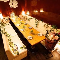 お席をつなげて最大20名様までの団体様もご案内可能♪パーティーや結婚式の二次会や打ち上げなど、様々なシーンでお使い頂けます。当店自慢のお料理が楽しめるコースもご用意!ドリンクを片手に皆さんでワイワイ楽しんでみてはいかがですか?