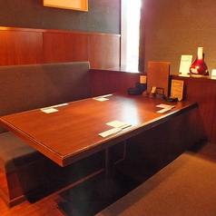ロールカーテンで仕切れる半個室タイプ。窓側の席は、定禅寺通りを眺めながらご飲食できます。