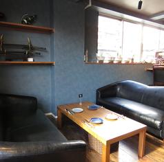 ゆっくりと寛げる、ゆったりとしたソファー席。デートにも是非ご利用ください!