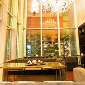 大きなシャンデリアの下の人気のソファ席★フロアのみの貸切も承っております◎各種ご宴会お気軽にお問合せください。