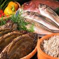 わが家では、野菜や魚介類など愛知県の食材や、地域で生産された新鮮で安心な食材、生産者様の顔が見えておいしく健康的な食材を使っています。中でもお刺身がおすすめ!愛知県知多半島の南端にある豊浜漁港より直送、獲れたての旬の魚をお楽しみいただけます!日替わりとなりますので、当日店頭にてお確かめください。