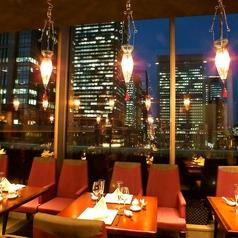 【テーブル席】4名様でも、綺麗な夜景が見えるお席へご案内致します。小規模・中規模の様々なご宴会、接待、ご家族・ご友人のお集まりにご対応可能です。ご利用人数やお席については、お気軽に店舗までご相談ください。