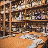 九州各地から取り寄せた地酒が飾られているディスプレイ側のお席。くすお厳選の自慢の地酒が飾られているディスプレイの側に設置されているお席です。数々の銘柄を見ながら九州料理の話に花が咲きます。実際にボトルをチェックして頂き、気になる地酒を見つけてその場でご注文して頂けます。