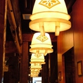 おしゃれな釜のライトが店内を照らします