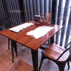 カップルやお友達とのお食事に◎2名掛けのテーブル席♪