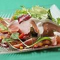 料理メニュー写真イタリア産 生ハムのサラダ バルサミコドレッシング 削りたてのパルミジャーノチーズをかけて…