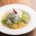 料理メニュー写真たっぷり釜揚げシラスと京水菜のオイルパスタ
