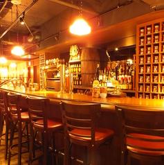少しレトロで落ち着いた雰囲気のバーカウンターは1人飲みやデートにオススメです。