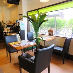 窓際には2名掛けのお席を4席ご用意★ご友人同士のカフェタイムにおすすめ◎