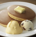料理メニュー写真カスタードホイップ&ラムレーズンアイスのホットケーキ