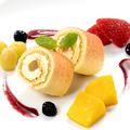 料理メニュー写真ごろっと果実と白桃ロールケーキ