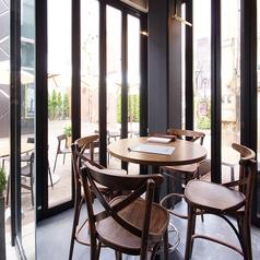 日中は明るい日差しが差し、心地よい窓際テーブル席をご用意しております。ゆったりとお食事がお楽しみいただけるお席です♪