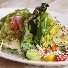 料理メニュー写真丸ごとレタスのシーザーサラダ