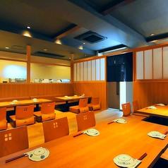 【4名様×2卓】【8名様×2卓】まとまった人数でのご宴席の半個室は、他のお席から独立しておりご宴会に最適な空間。周りのお客様に気兼ねなく、楽しいひと時を賑やかにお愉しみいただけます。厳選した日本酒や新鮮な魚介を心ゆくまでご満喫ください。