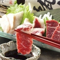 熊本県産馬刺し3種盛りは他では味わえない濃厚な旨みと甘みが特徴的な逸品です。自家製甘醤油につけて召し上がることでさらに濃厚な味わいに…。焼酎との相性も抜群です。