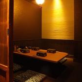 3~10名様でご利用頂ける掘りごたつの完全個室。壁も扉もしっかりとあり、周りのお客様の目を気にせずお食事をお楽しみ頂けます。最大10名様迄ご利用が可能です!人気のお部屋ですのでご来店の際はお問合せいただく事をオススメします!少人数での飲み会や、接待にも◎ぜひご利用ください!《居酒屋☆串乃鉄》