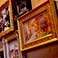 壁に飾られたアート。カジュアルな店内を飾りつけるアート作品。お食事やドリンクはもちろんのこと、店内空間にも多数のこだわりを施しています。