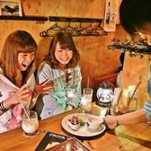 ちょっぴり大人の雰囲気漂う店内で木テーブルをご用意★誕生日のお祝いや女子会にもぴったりデス☆