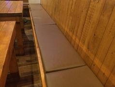 BOX席は長く繋がっていて、団体の時もお話しやすくなってます!しかも手作りで、柔らかくしてるので座りやすいですよ!