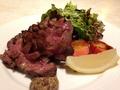 料理メニュー写真国産牛タンのソテー サラダ添え