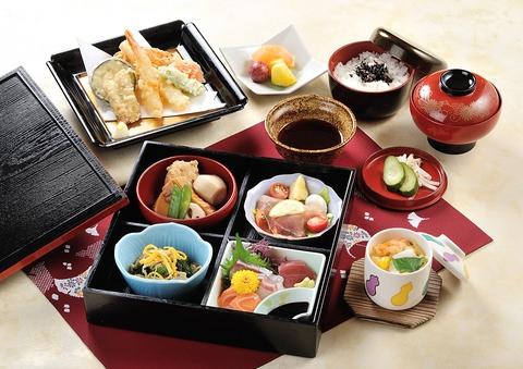 彩鮮やかな「和」のご馳走、握り寿司。天ぷら、小鉢、茶碗蒸、お吸物、果物つきです。