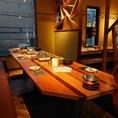 大きな解放感のある窓のテーブル席は8名様から12名様まで!ベンチシートで和気あいあい♪(個室はございません)