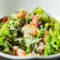 料理メニュー写真彩り野菜のシーザーサラダ
