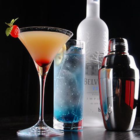 300種類を超えるお酒たちと無限の種類のカクテルをあなたに。