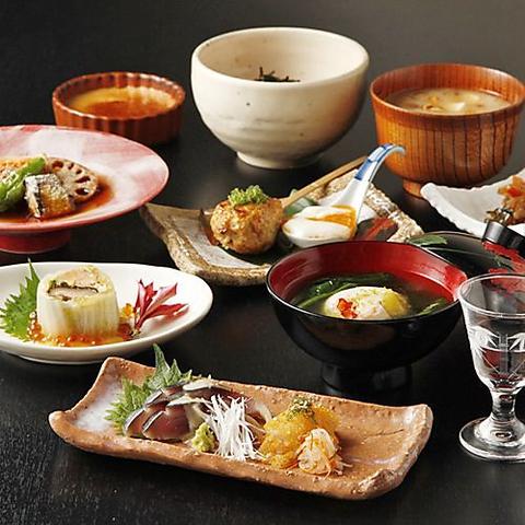 無農薬野菜と新鮮魚介を使った本格懐石料理。月替わりのおまかせコースは3850円から。