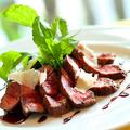 料理メニュー写真<黒毛和牛使用> 薄切りお肉とルッコラ