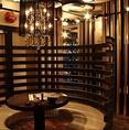 東京で有名なデザイナーさんにお願いした個性ある特別な空間。和でも洋でもない異空間で飲むお酒は、いつも違う雰囲気でお愉しみいただけます。隣の席の視線が気にならないところも人気です。