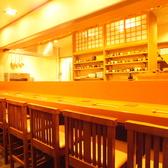 【しっぽり飲みたい方に】広々としたカウンター席は14席。人目を気にせず隅っこでもよし、店主や他のお客様との会話を楽しむもよし。