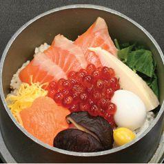 料理メニュー写真鮭とイクラの親子釜飯