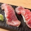 料理メニュー写真黒毛和牛霜降サーロインの炙り寿司(2貫)