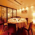 円卓のある個室はパーティーションで仕切って利用することも可能です。