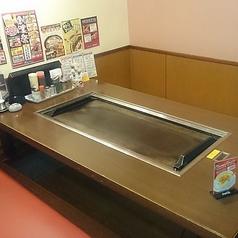 広々した鉄板付きのお席です。ご友人・ご家族といかが?