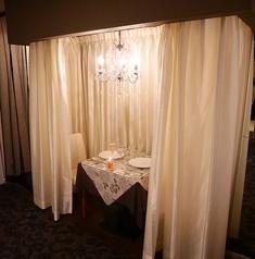 シャンデリア煌めくデート席お二人様だけの空間を演出。カーテンで仕切られた個室風。