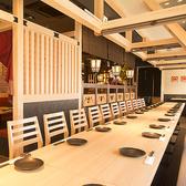 【横浜駅×NEWOPEN】木の温もり溢れる情緒あるテーブル席 10名様から30名様の大小宴会にも対応いたします!。