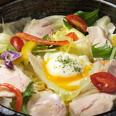 たっぷり野菜の彩りサラダ/蒸し鶏と温玉のシーザーサラダ