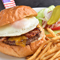 料理メニュー写真ベーコンエッグチーズバーガー