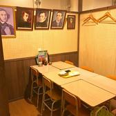 ≪音楽室≫壁には音楽家の写真(肖像画)が飾ってあったり、懐かしいオルガンも置いてあります。腕に自信のある方は演奏してちゃってくださいね!6名様まで