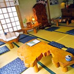 特徴的な形のテーブルが印象深い
