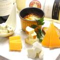 料理メニュー写真カマンベールのチーズフォンデュと5種の厳選チーズの盛り合わせ