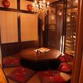 シャンデリアの照明がお洒落な特別感を演出。幅広い層から人気のある店内です。