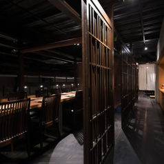 当店一番人気のお席となっております。吹き抜けの造りになっており、個室でも密閉感が御座いません。