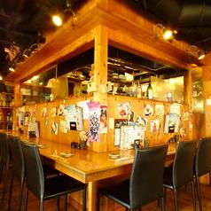 一人のみに最適のカウンター席 6名様テーブル席 ※お席をさまざまな角度から撮影させていただいております