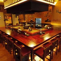 囲炉裏を囲んで料理を楽しむカウンター席。